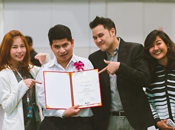 นาย ชินวัตร ครามพินิจ นักศึกษาแขนงวิชาออกแบบสิ่งพิมพ์และบรรจุภัณฑ์ เข้ารับรางวัล AsiaStar Awards 2016 ณ ศูนย์นิทรรศการและการประชุมไบเทค บางนา กรุงเทพฯ